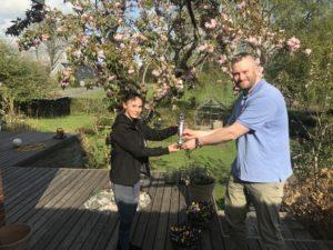 Instruktør for minispring overrækker Lions Kammeratsskabspokal til Clara Skjold Peterens hos hende privat, da gymnastikopvisningen i 2020 er aflyst pga coronavirus.